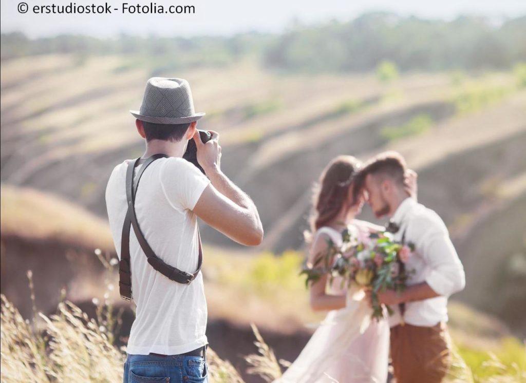 Professionelle Fotografen stehen für traumhafte Bilder für die Ewigkeit - #120864781 | © erstudiostok - Fotolia.com
